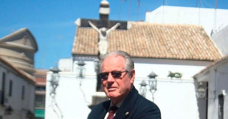 José Luis Navarro posando para la cámara de Cordobadeporte.com con el Cristo de los Faroles al fondo.