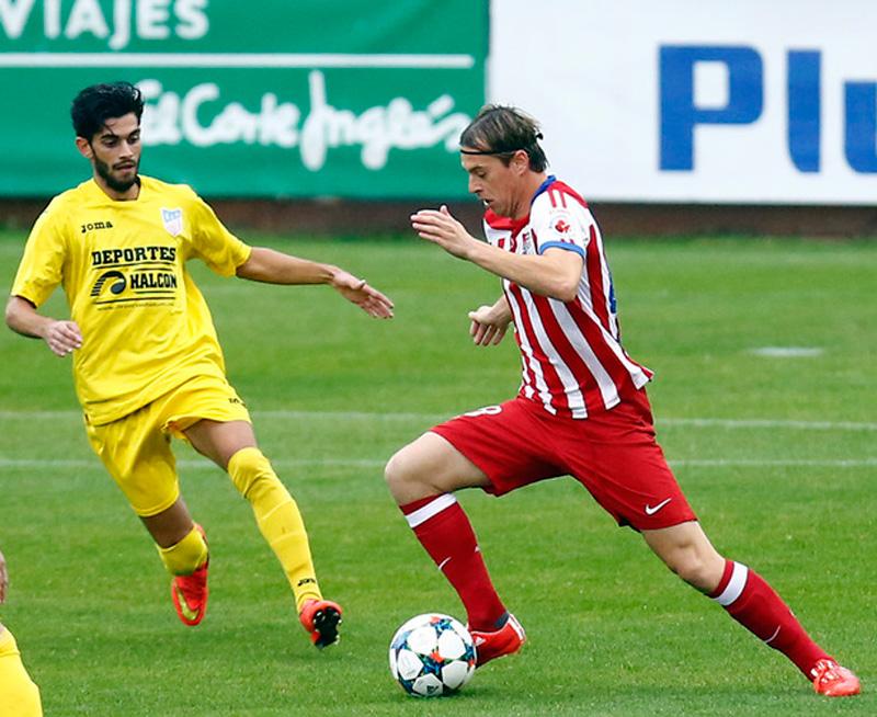 Javi Lara jugando con el Atlético Kolkata intentando dejar atrás a un rival.