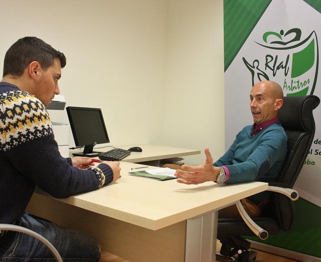 Pedro Benítez respondiendo a las preguntas de Fernando López durante la entrevista.