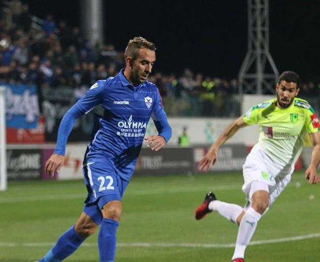Alberto Aguilar jugando en Chipre.