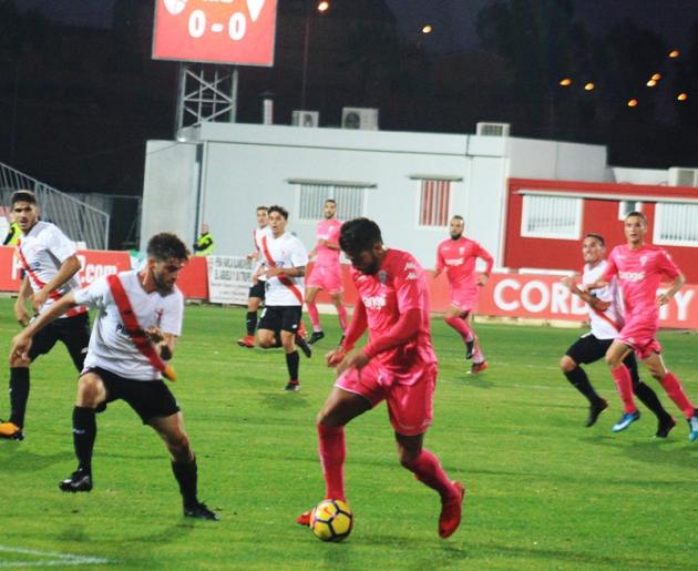 Jona intentando superara a la defensa del filial del Sevilla.