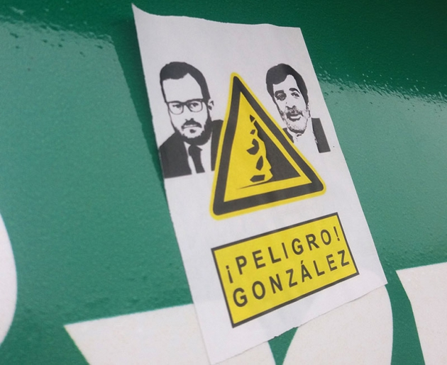 La pegatina que el cordobesismo distribuyó por El Arcángel de los González.