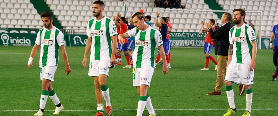 Abatidos. Javi Lara, Vallejo, Andrés y Chus Herrero retirándose del terreno de juego con los maños celebrando su triunfo al fondo