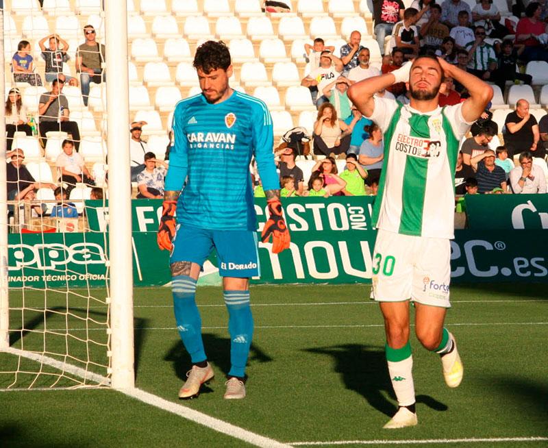 Andrés Martín lamentándose de una oportunidad perdida ante el meta del Real Zaragoza