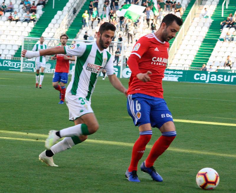 Andrés cerrando la salida a un jugador del Zaragoza.