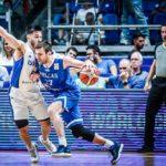 Antonio Conde dirigiendo el partido Serbia vs Israel