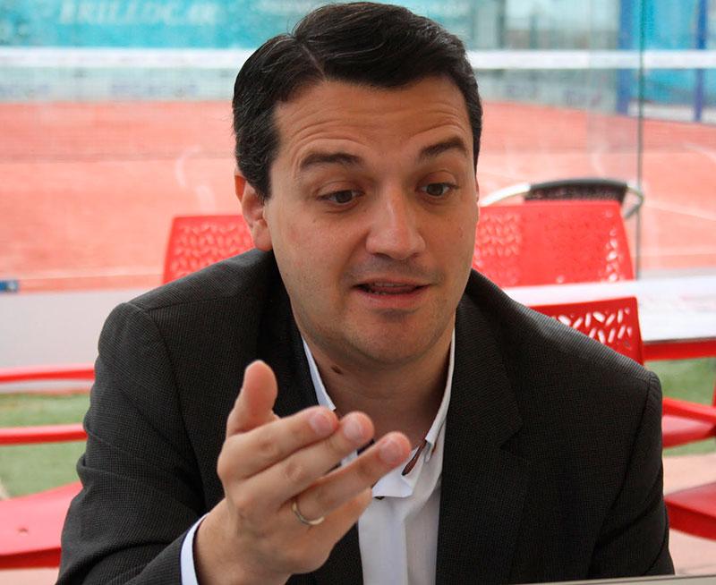 José María Bellido gesticulando durante la entrevista con Cordobadeporte.com