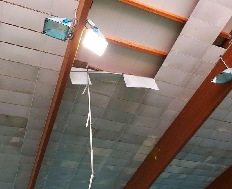 La zona desprendida del techo interior de la piscina cubierta de Poniente