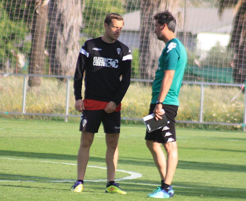 Gaspar, segundo de Rafa Navarro, departiendo con Javi Lara a la conclusión del entrenamiento