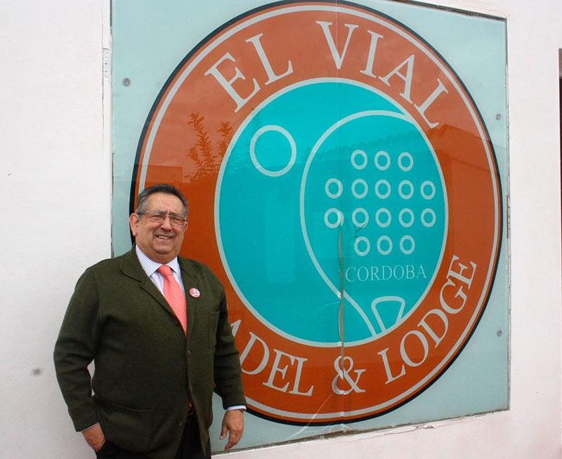 Ricardo Rojas posando junto al logo de la instalación deportiva