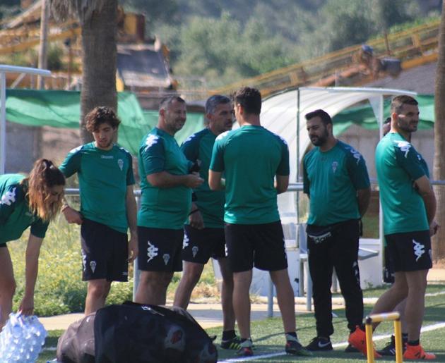 Juan Marrero con su cuerpo técnico del filial en el que se integró Javi Moreno en el último mes y medio de competición tras acabar la liga con los juveniles