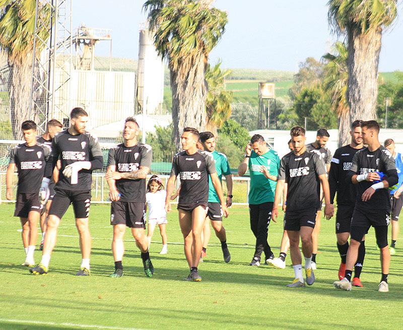 Los jugadores del Córdoba al terminar una sesión de entrenamientos