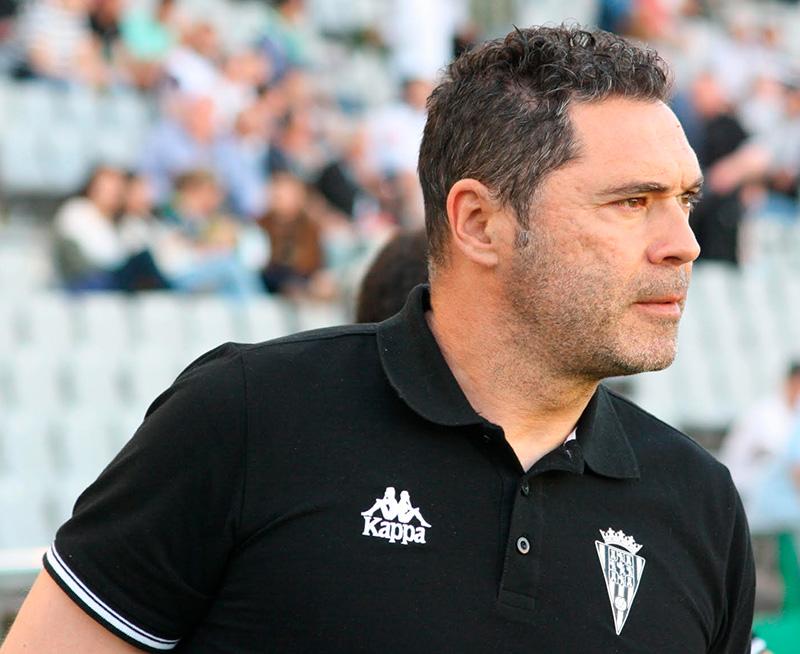 Rafa Navarro en los prolegómenos del partido ante el Real Zaragoza