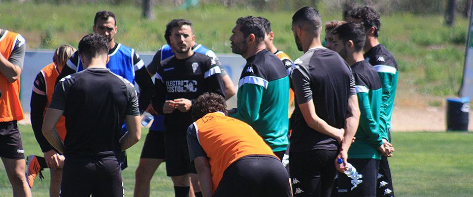 Rafa Navarro dirigiéndose a sus hombres