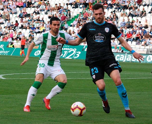 Alfaro intentando presionar a un jugador del Lugo