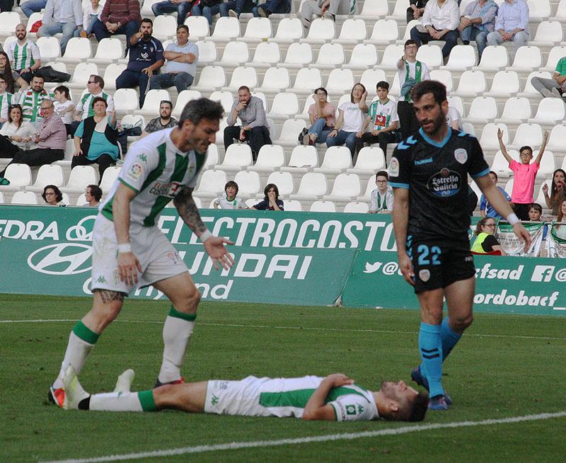 Andrés caído en el suelo en presencia de Piovaccari y Campabadal