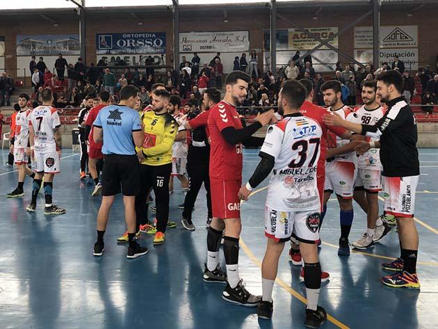 Los jugadores del Balonmano Pozoblanco al final de uno de sus enfrentamientos con el Balonmano Málaga