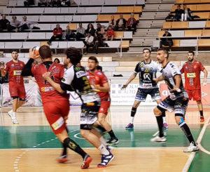 Chispi cierra la defensa del Ángel Ximénez ante un ataque del Bada Huesca