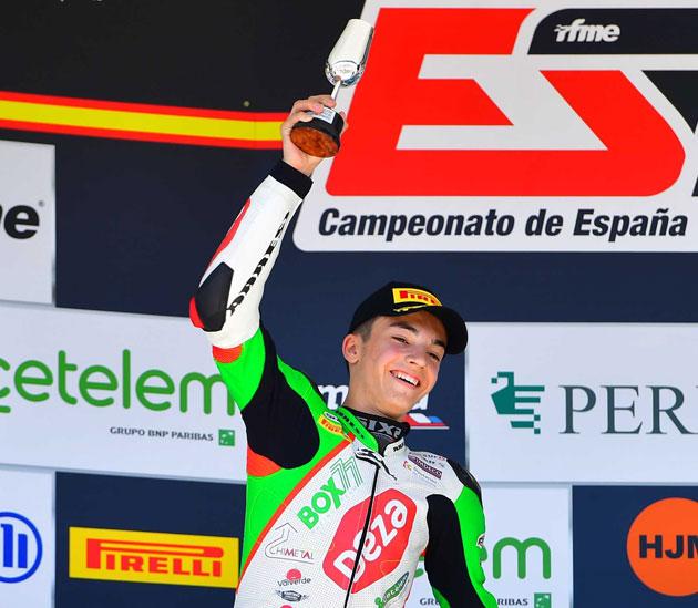 Álex Carrión en el podio, feliz
