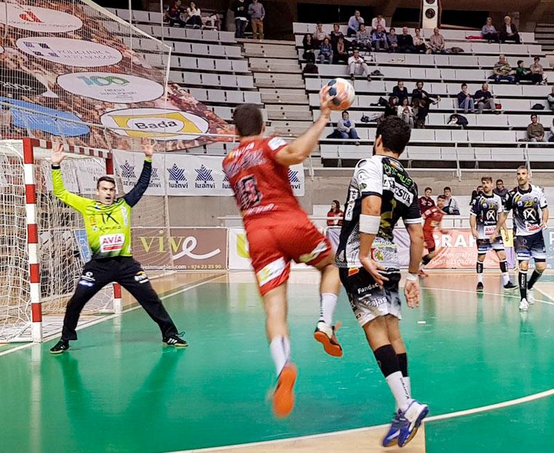 Álvaro de Hita intenta tapar portería ante la suspensión del extremo del Bada Huesca