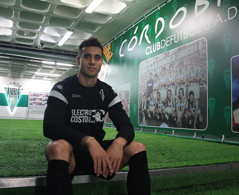 Jaime Romero posando para la cámara de Cordobadeporte.com en el túnel de vestuarios