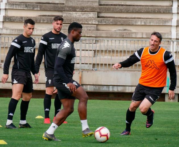 Jaime Romero observa como Neftali toca el balón para Piovaccari durante el entrenamiento