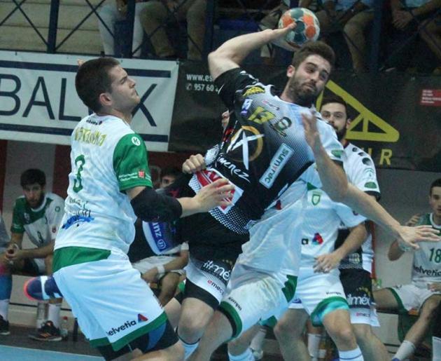Juan Castro arma el brazo entre dos jugadores del Anaitasuna