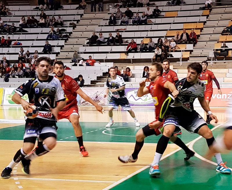 Juan Castro intenta penetrar en la defensa del Bada Huesca con Leo Almeida esperando en el pivote