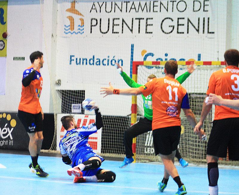Un jugador del Ángel Ximénez-Avia superando a l defensa del BM Alicante.