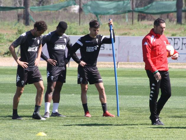 Rafa Navarro con varios jugadores a sus espaldas