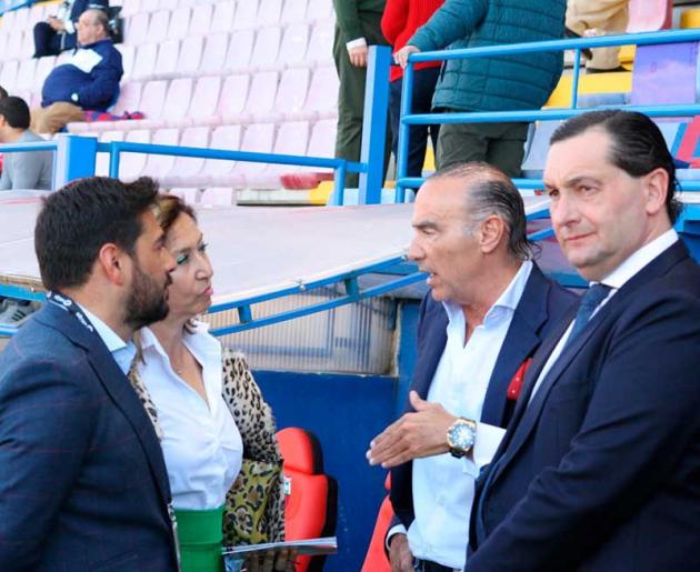 Luis Oliver con diferentes representantes del Córdoba en Almendralejo