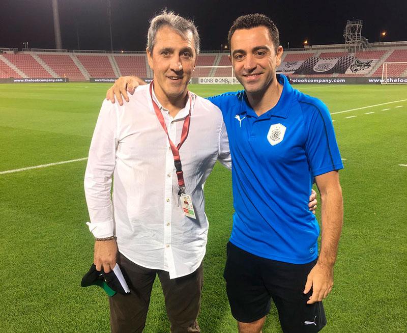 Pepe Murcia posando con Xavi tras el partido entre sus clubes en Qatar