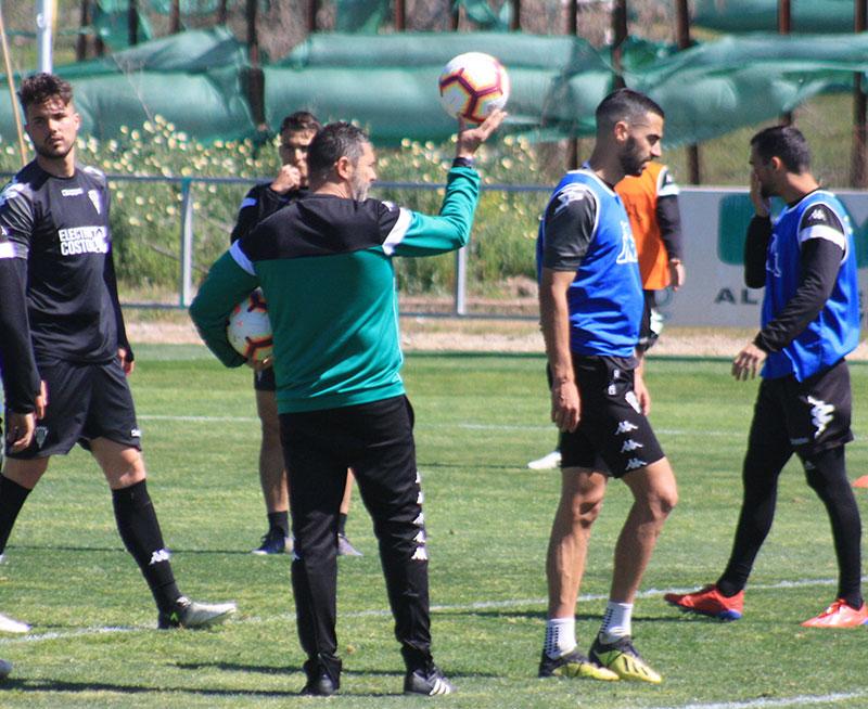 Rafa Navarro muestra el balón como preguntando ¿Quién quiere jugar?