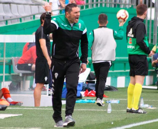 """Rafa Navarro: """"Tenemos errores que no se pueden dar en el fútbol profesional y así es complicado"""""""