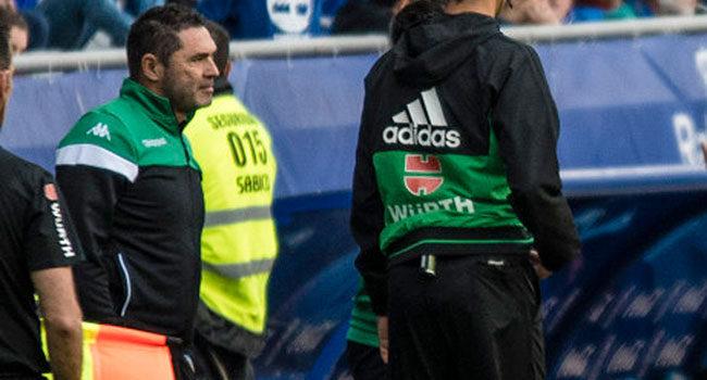 Rafa Navarro siguiendo el juego de su equipo en la banda del Carlos Tartiere