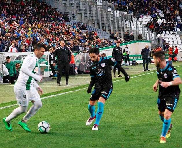 Reyes encarando a dos jugadores del Lugo