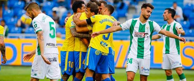 Luis Muñoz y Chus Herrero se lamentan del gol que le dio el triunfo a la UD Las Palmas. Autor: Gerardo Ojeda /Marca