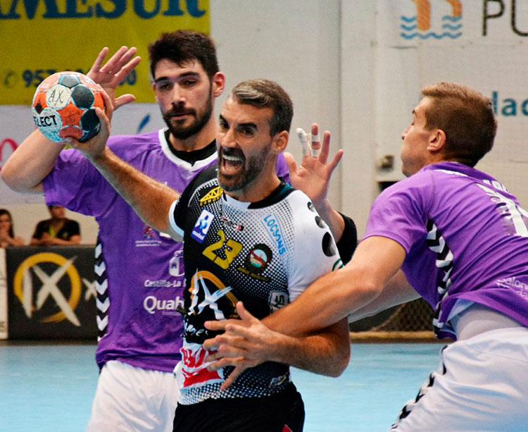 Chispi armando el brazo entre dos jugadores del Guadalajara