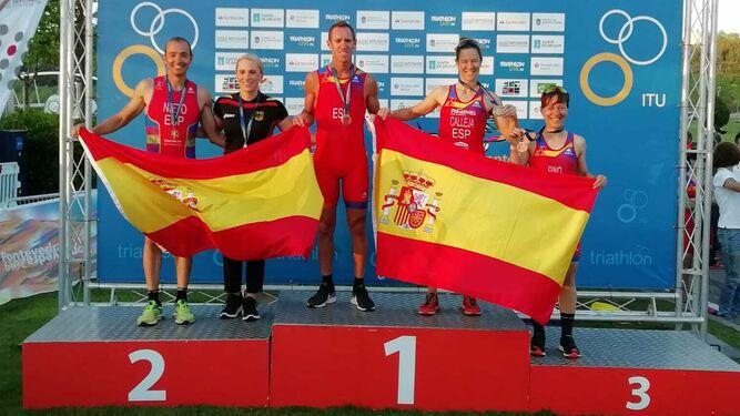 Juan Carlos Nieto, a la izquierda, en el podio de su categoría
