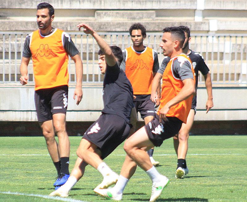 Álvaro Aguado tira a puerta ante Fernández y Flaño