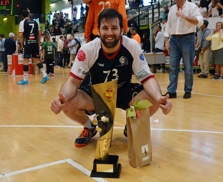 Aitor Gómez con el trofeo de campeón del Cajasur en Vigo
