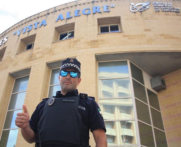Alfonso Gemes, haciendo un alto en su jornada laboral como policía municipal, posando para Cordobadeporte.com
