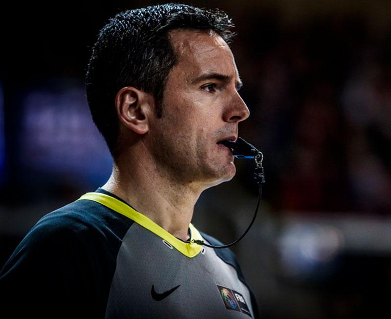 Antonio Conde dirigiendo un partido internacional