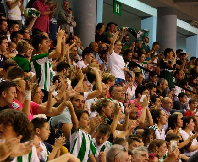 Los aficionados del Córdoba CF Futsal siguiendo el partido ante el Betis
