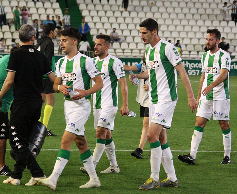 Bodiger y Álvaro Aguado retirándose del terreno de juego tras caer frente al Zaragoza