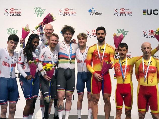 Cabello dice adiós a Manchester con otra medalla
