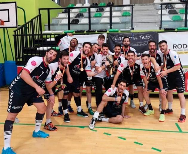 Los chicos del Cajasur Córdoba Balonmano celebrando por todo lo alto su ascenso en Vigo