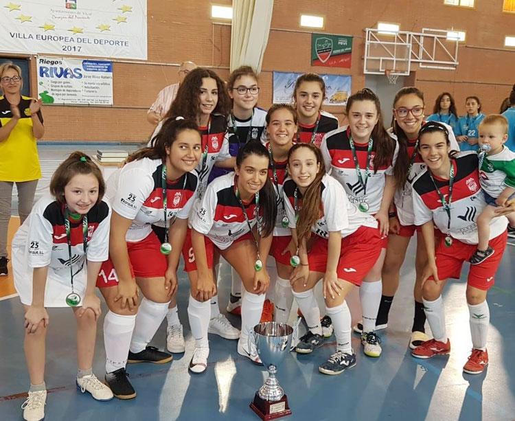 Las chicas cadetes del Cajasur, con su trofeo