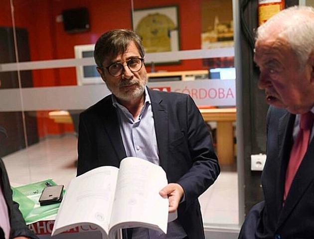 Carlos González en su visita al plató de Onda Mezquita mostrando la escritura que de compra-venta que firmó con León tras su última modificación del verano pasado junto a Sedano. Autor: Rafa Alcaide