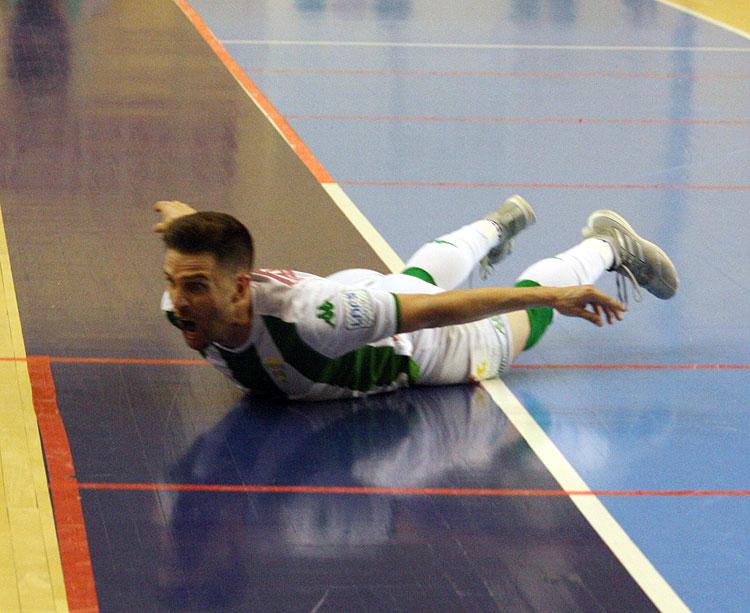Catiti, una de las bajas del Córdoba CF Futsal, celebrando su tanto al Mengíbar